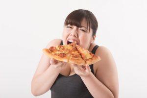 暴飲暴食する女性